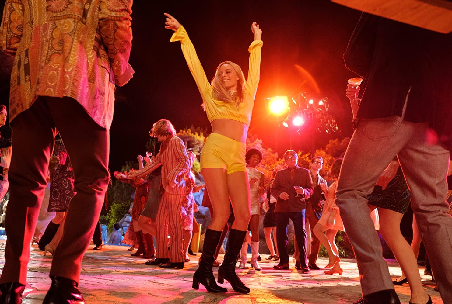 thời trang trong phim once upon a time in hollywood margot robbie bộ áo tay dài quần shorts vàng