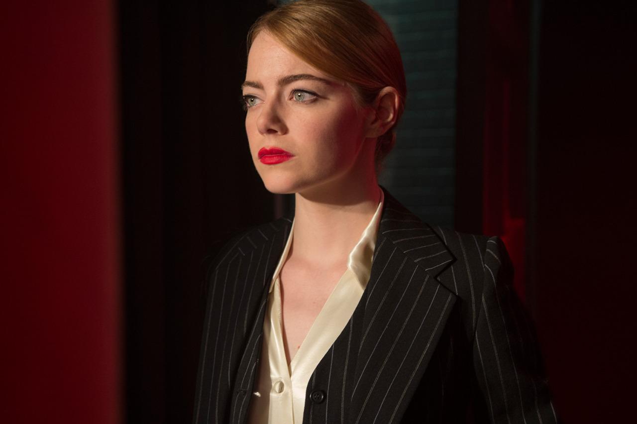thời trang trong phim la la land mia bộ suit đen kẻ sọc