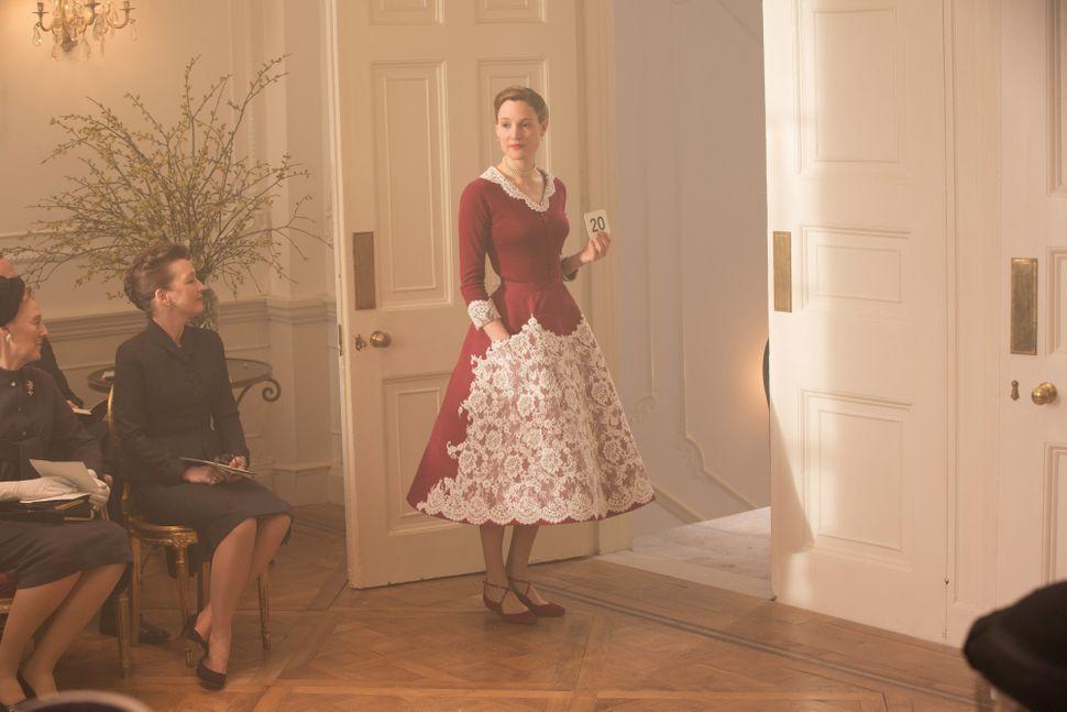 thời trang phim phantom thread bộ váy đỏ đắp ren trắng