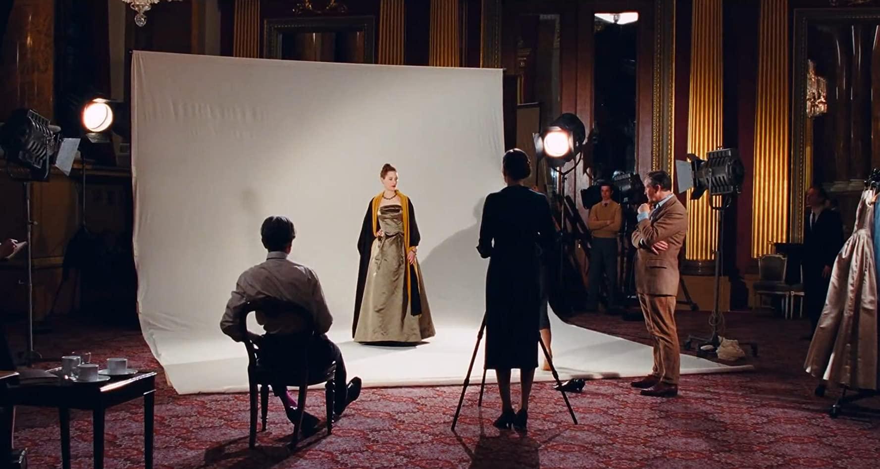 thời trang trong phim phantom thred bộ váy xanh xám ghi choàng khăn