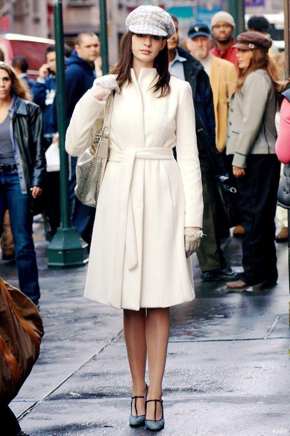 thời trang trong phim the devil wears prada andy áo khoác trench coat trắng mũ beret trắng