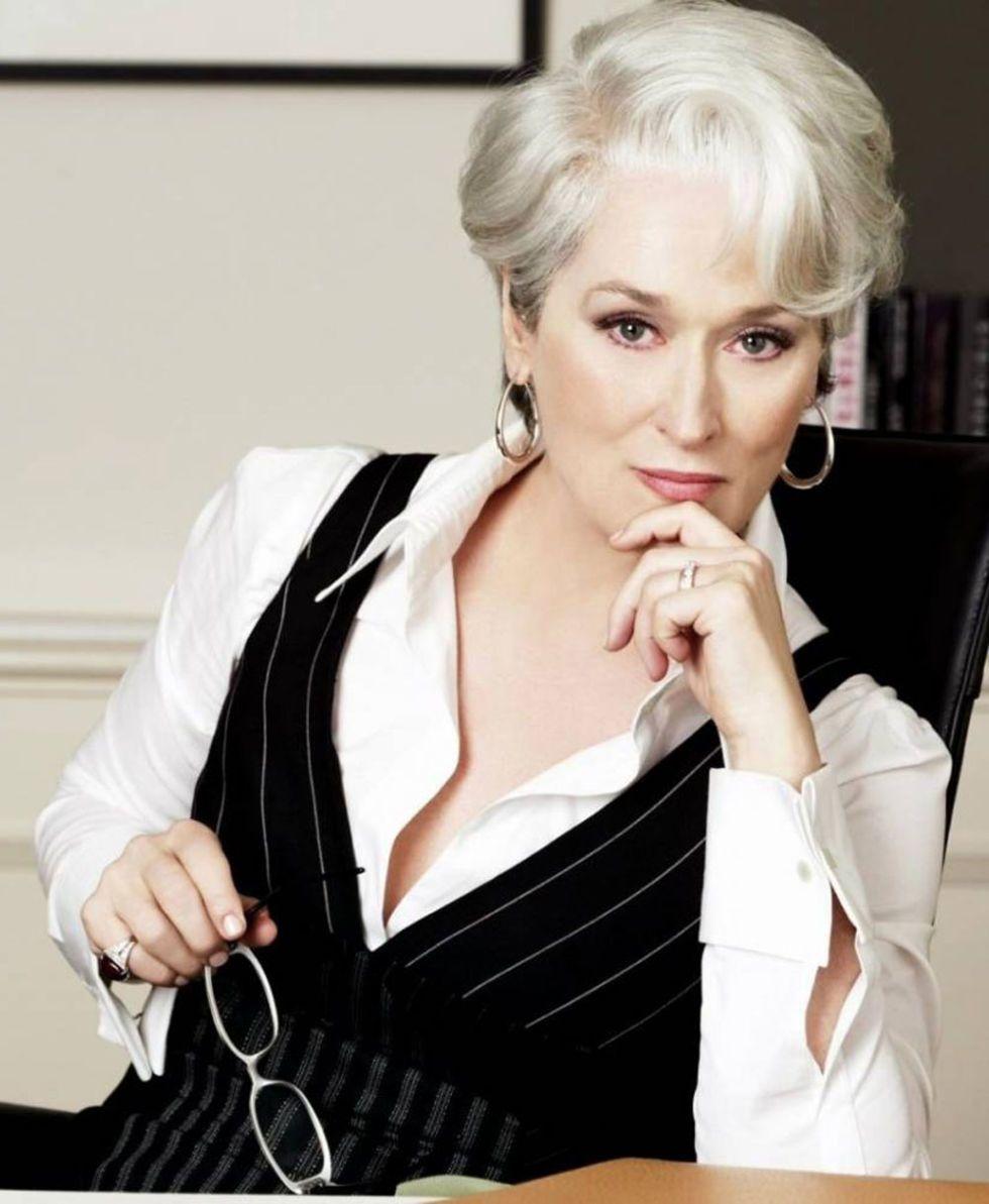 thời trang trong phim the devil wears prada miranda áo gilê kẻ sọc áo sơmi trắng