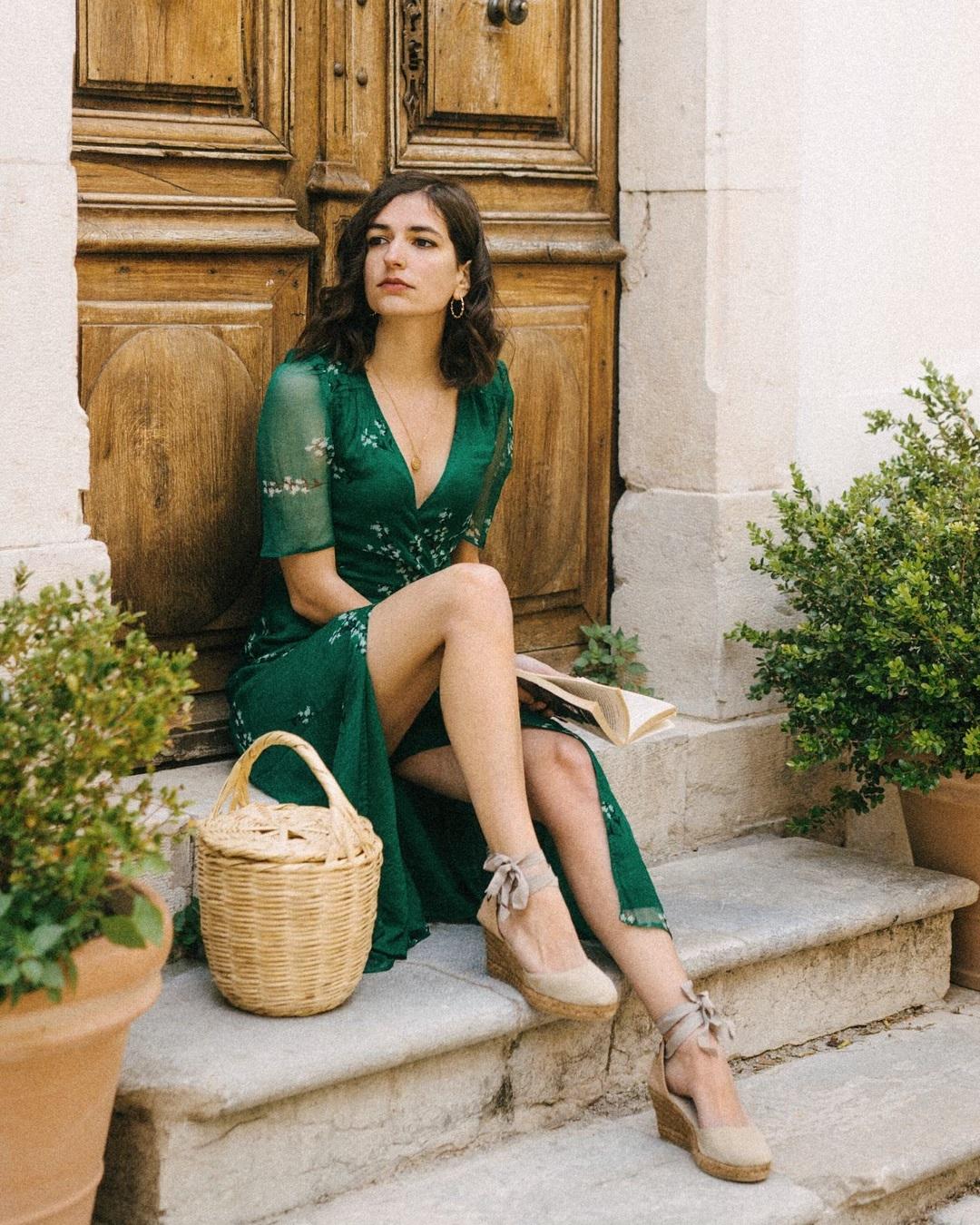 ariadibari mặc đầm xanh mang giày đế cói thắt nơ túi đan cói