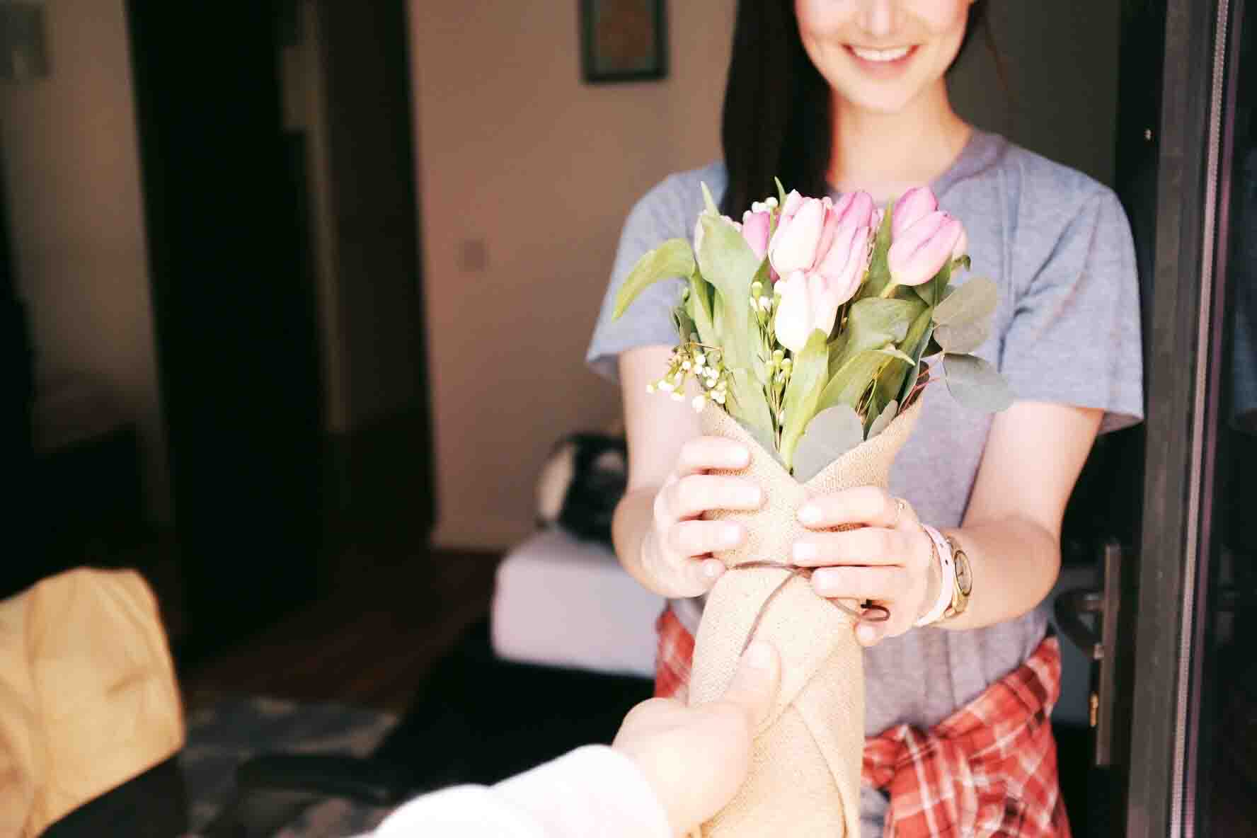 học cách yêu bằng việc tặng hoa cho cô gái