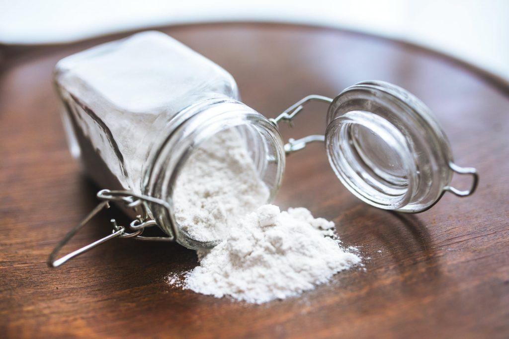 Baking soda mang đến mái tóc chắc khoẻ và khô thoáng.