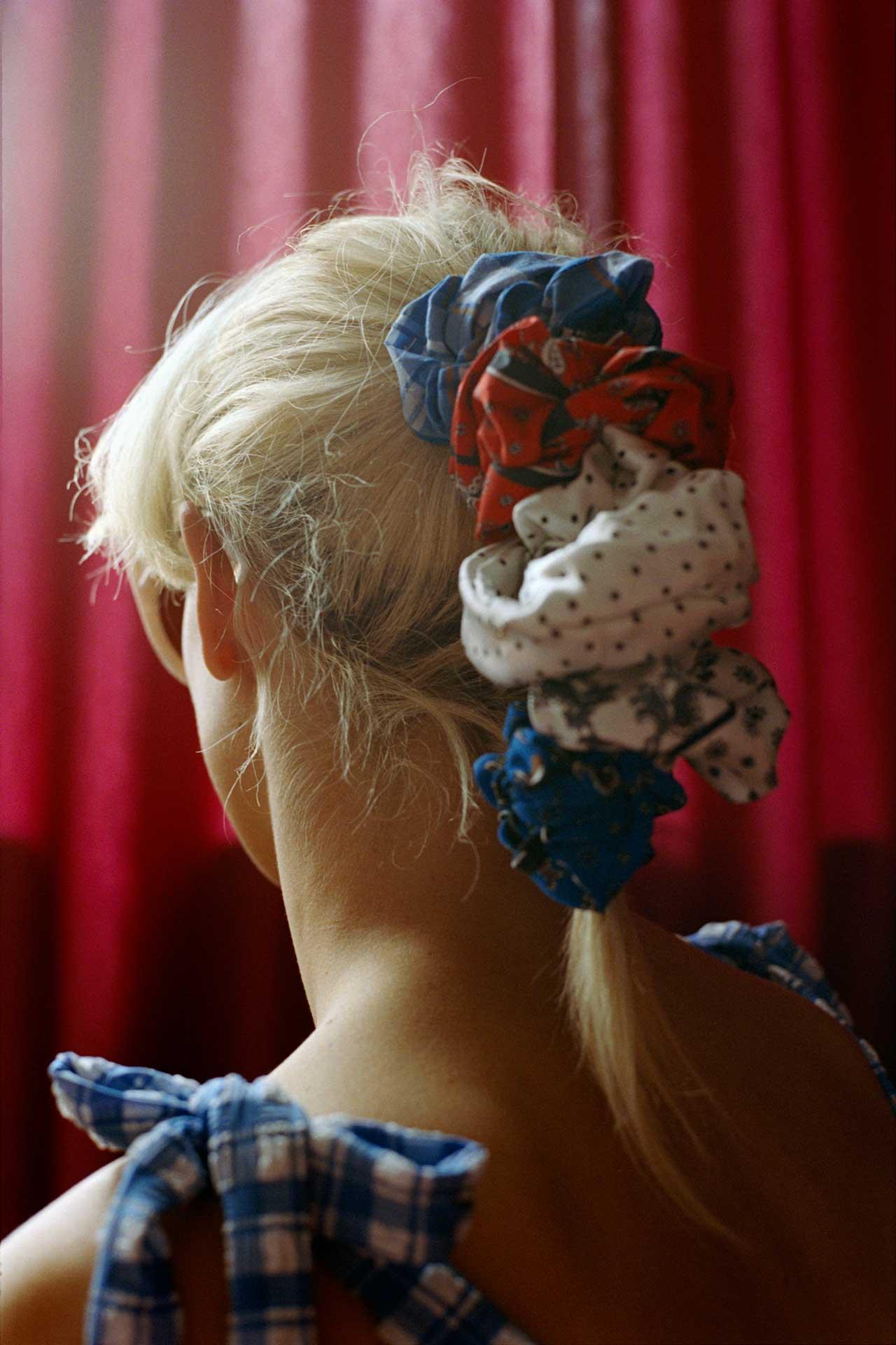 Cô gái tóc vàng buộc nhiều scrunchie đủ màu trong chiến dịch mùa Xuân 2019 của GANNI