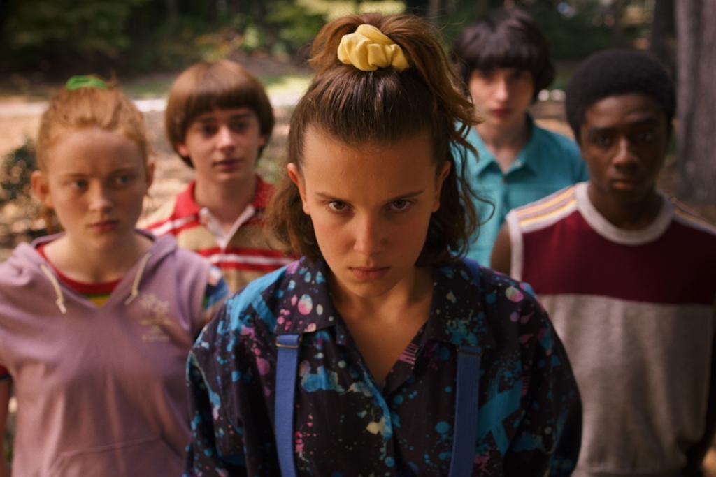 Nhân vật Eleven trong Stranger Things buộc tóc bằng scrunchie