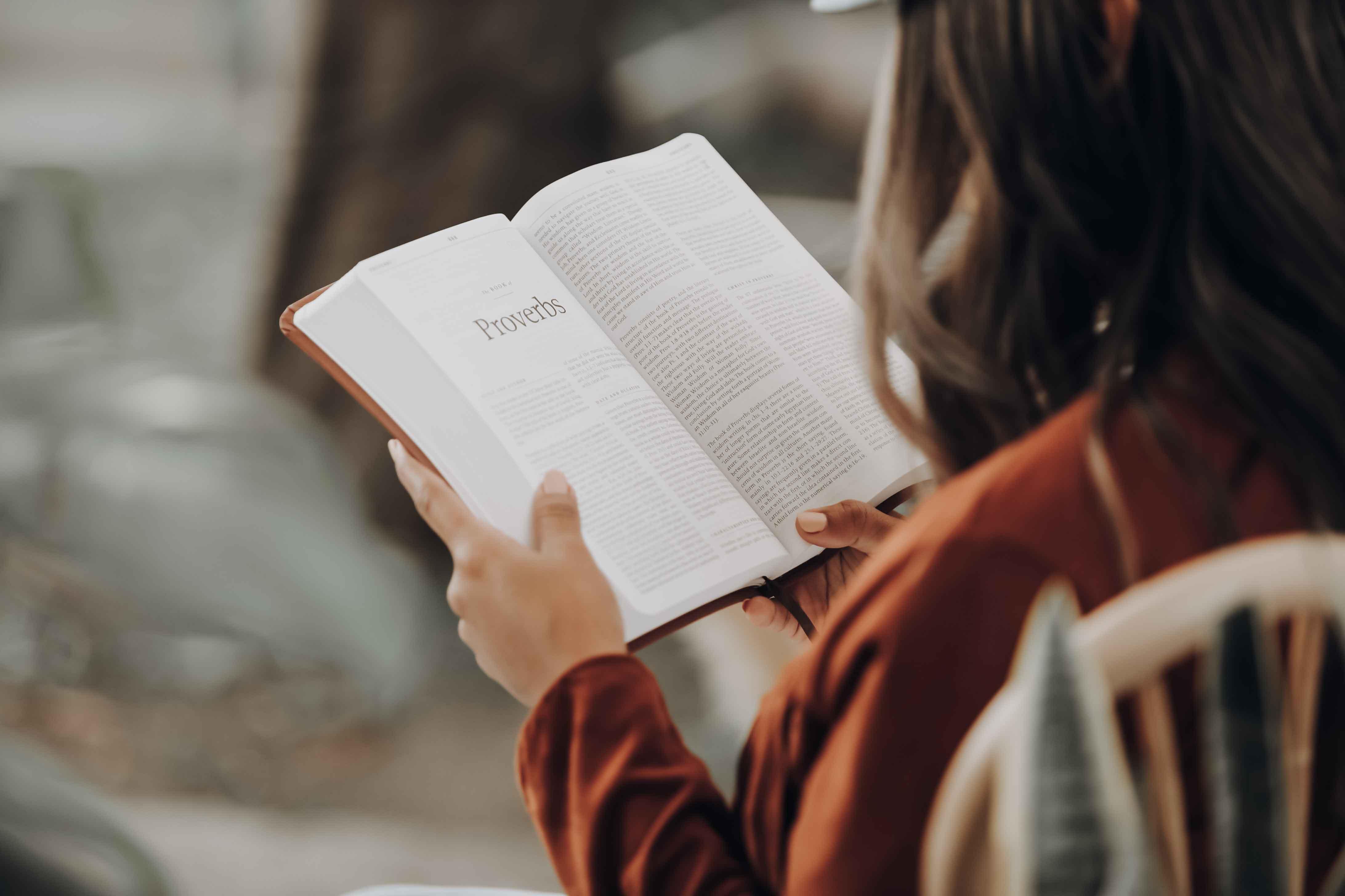 cô gái đọc sách