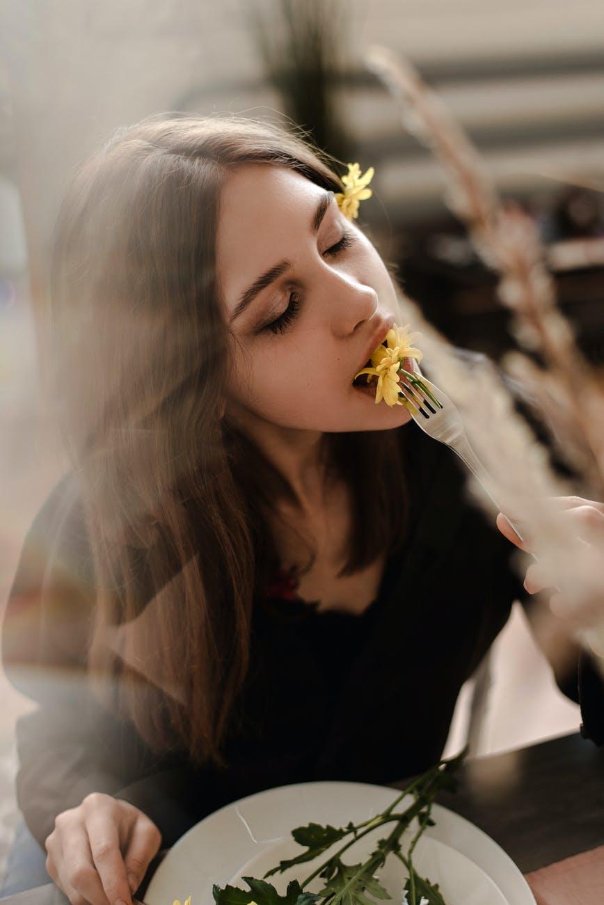 Thực đơn giảm cân-Cô gái ăn hoa.