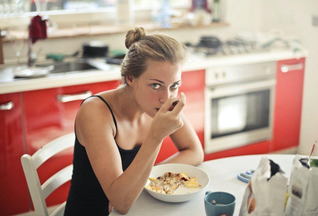 Thực đơn giảm cân-Cô gái đang ăn.