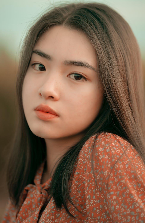 cô gái châu Á dùng nước vo gạo để dưỡng tóc