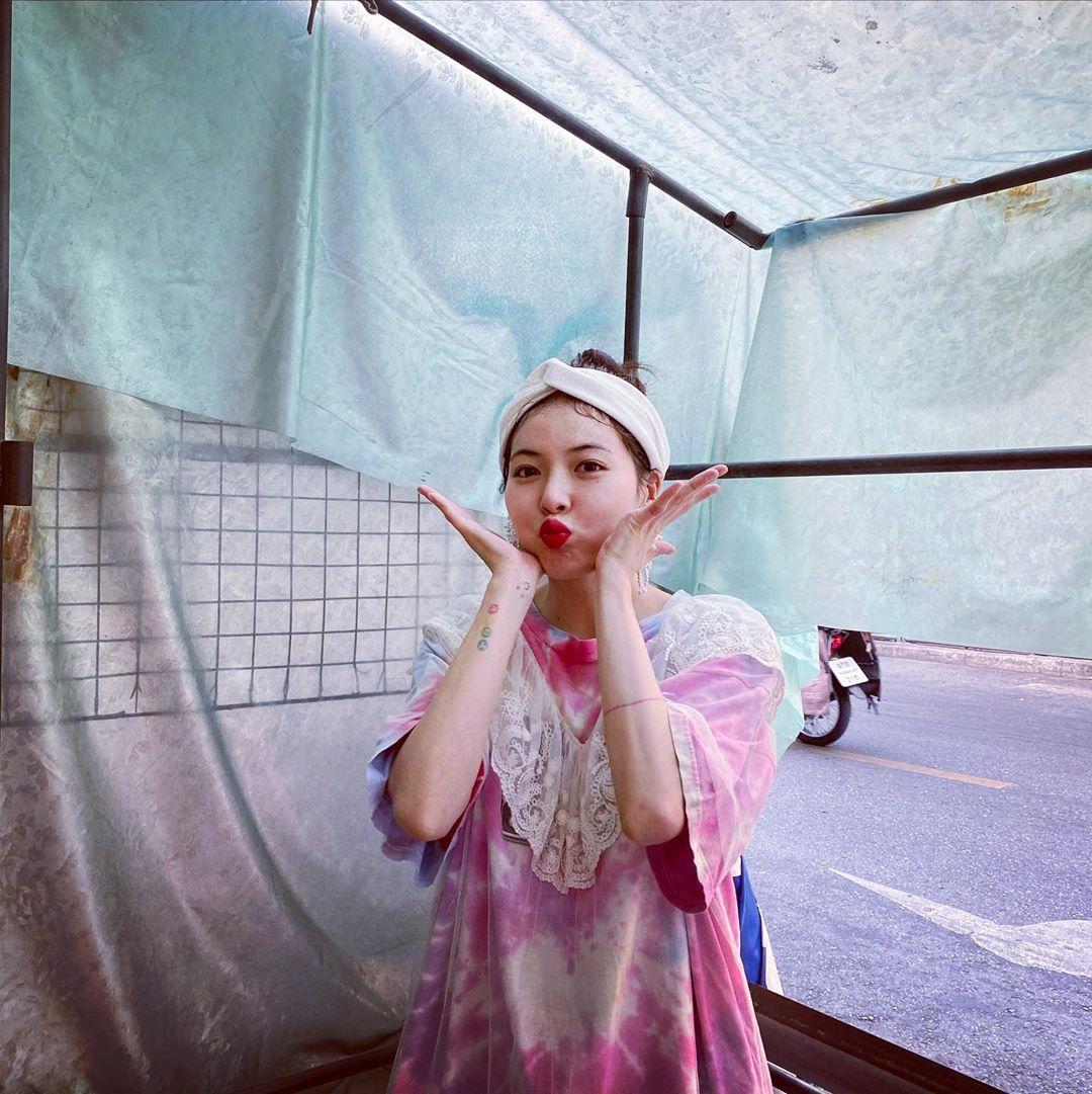 hyuna mặc đầm nhuộm tie dye hồng đắp ren trắng