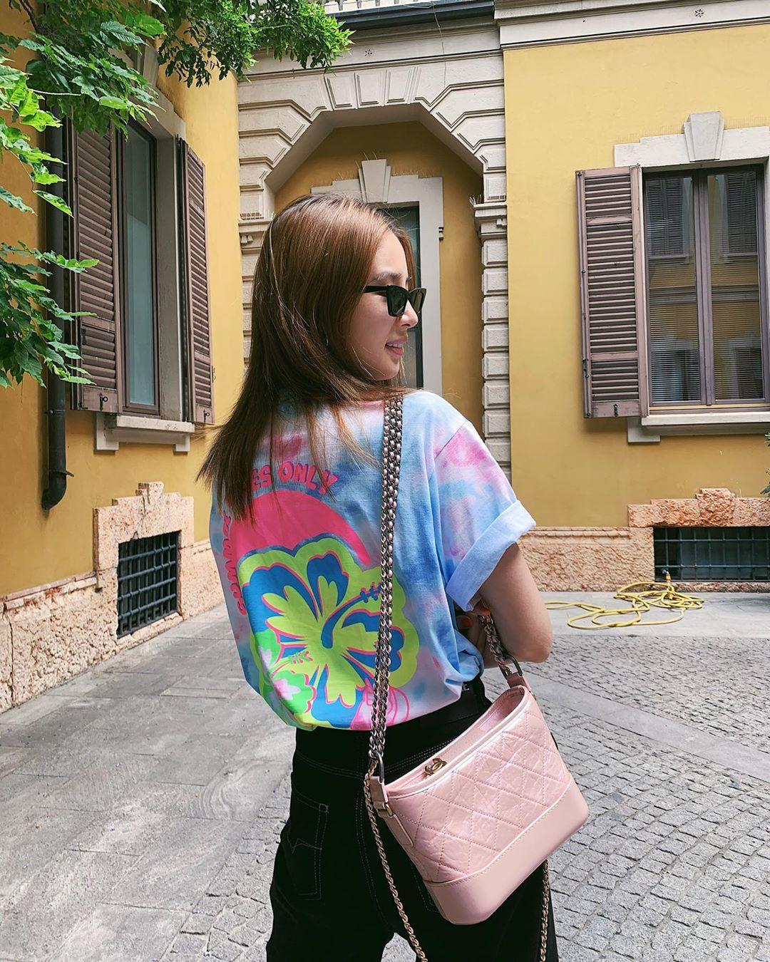 irene kim mặc áo thun nhuộm tie dye