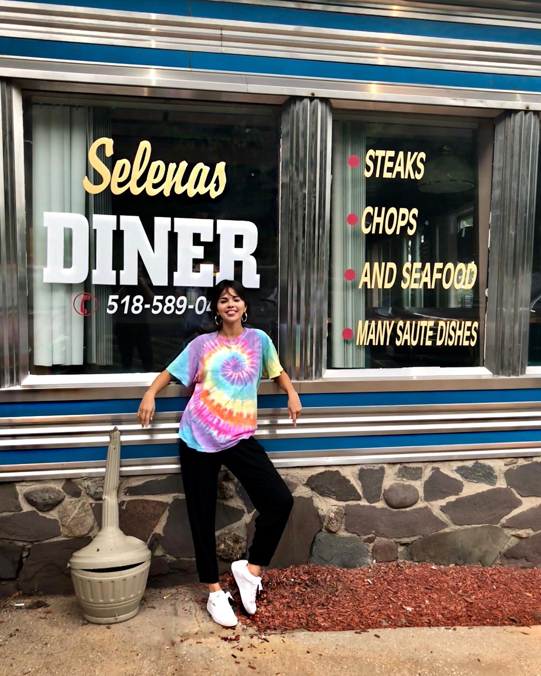 selena gomez mặc áo thun nhuộm tie dye cùng quần jeans đen dài