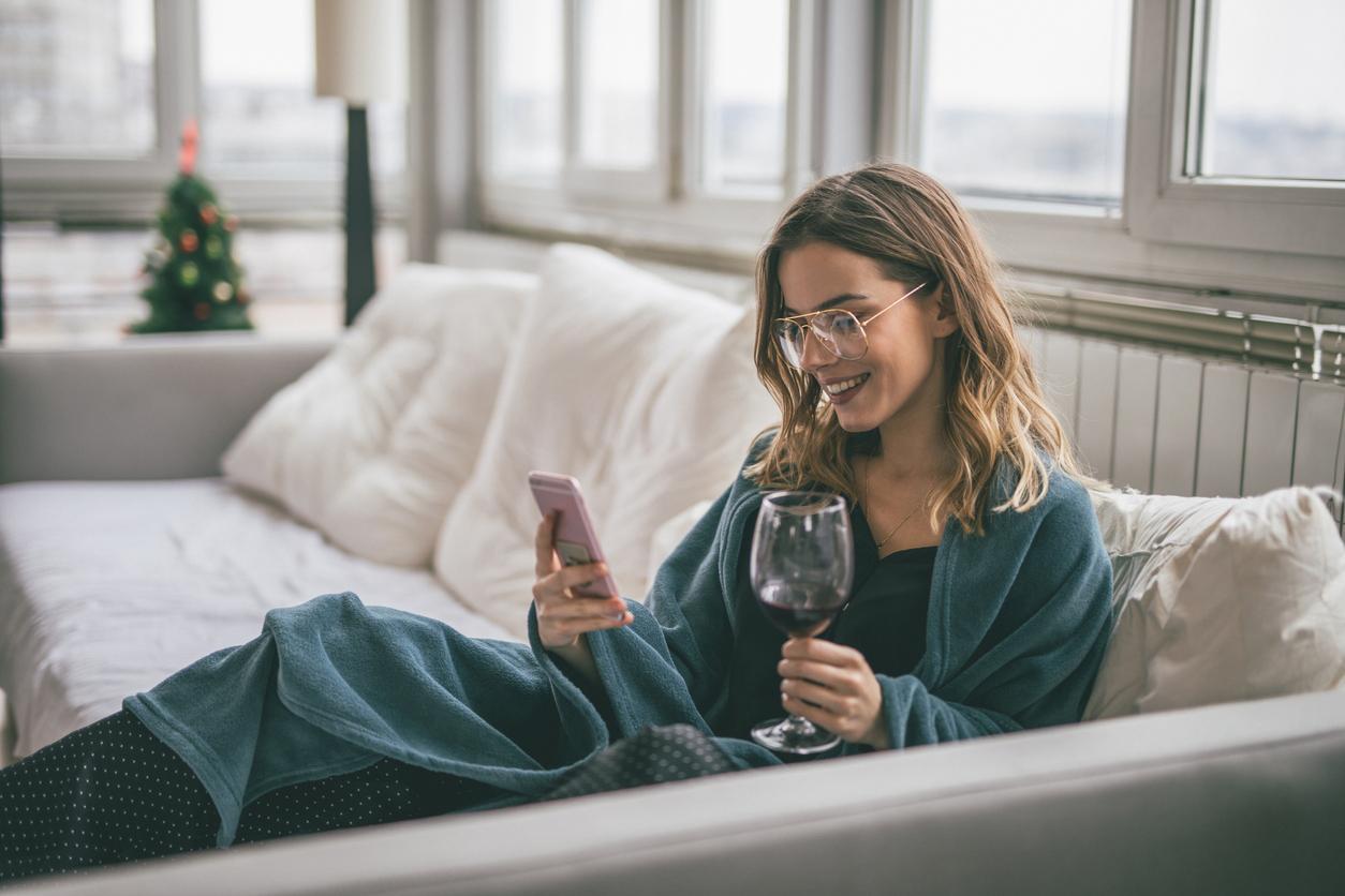 cách ly cô gái video call uống rượu vang