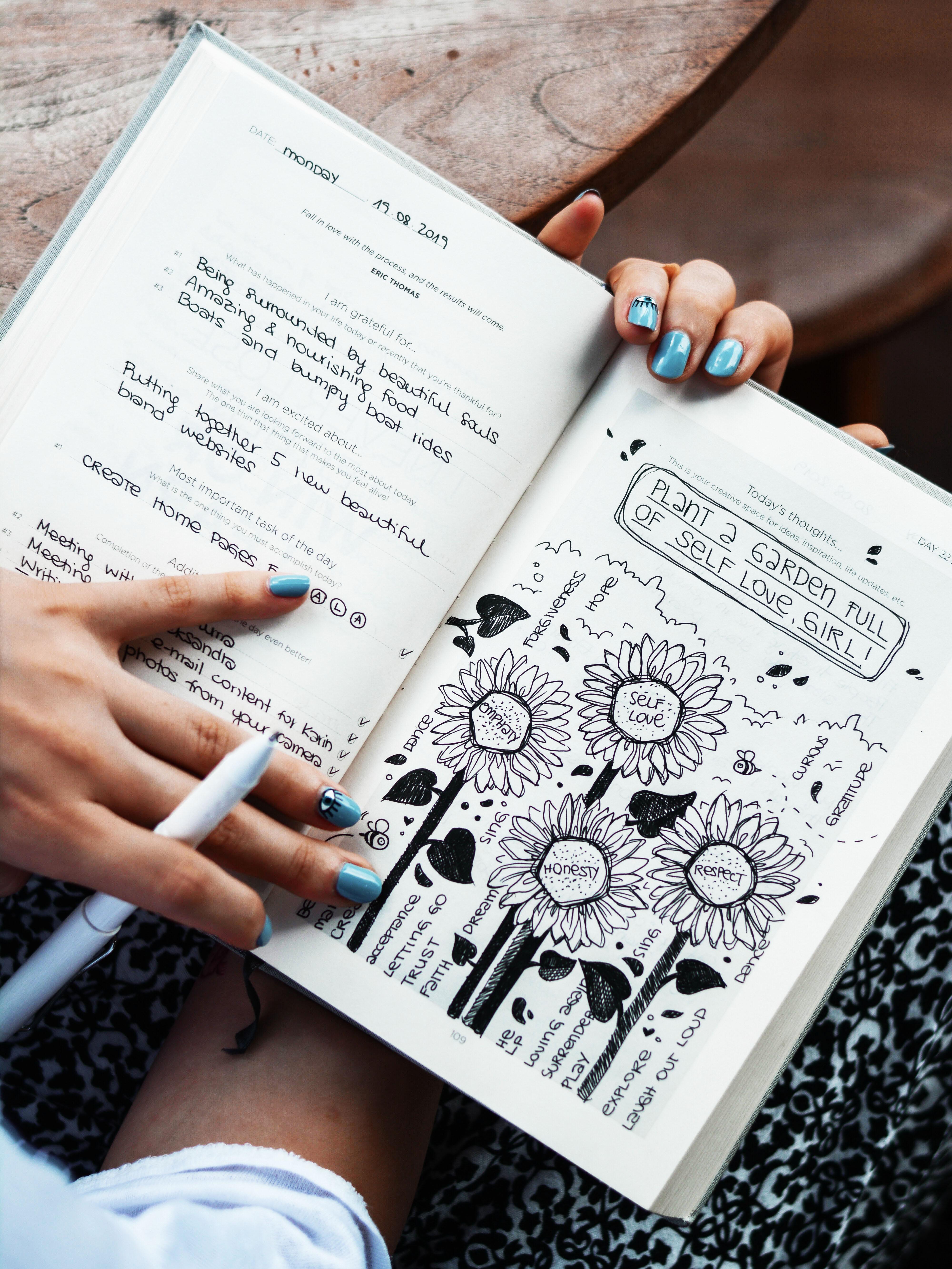 cô gái hướng ngoại viết nhật ký