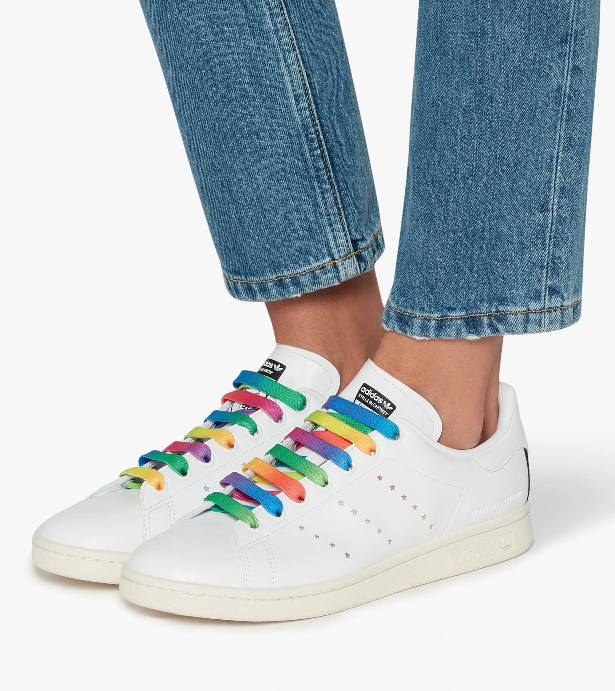 thời trang bền vững - sneakers sử dụng nguyên liệu tái chế
