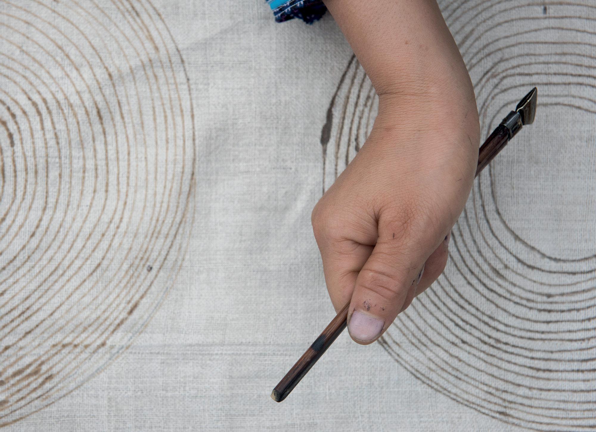 thủ công cô gái H'Mông vẽ sáp ong