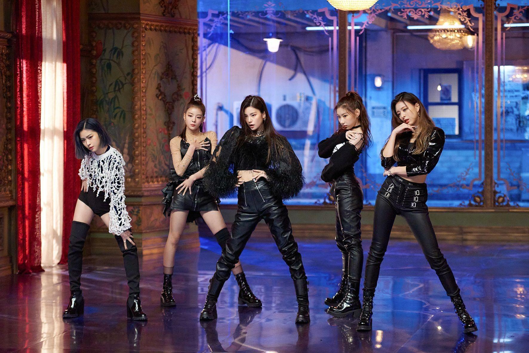 ITZY mặc đồ da màu đen trong MV nhạc KPOP Wannabe