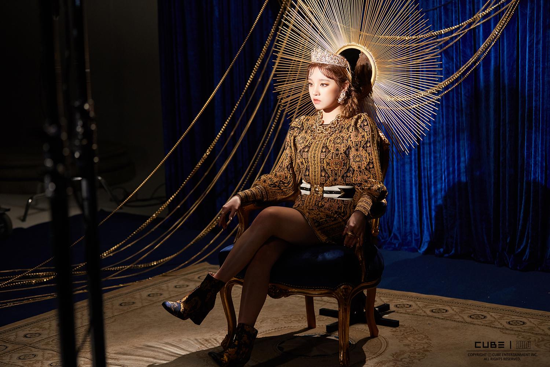 (G)-IDLE mặc trang phục thời cổ và đội vương miện trong MV nhạc KPOP Lion