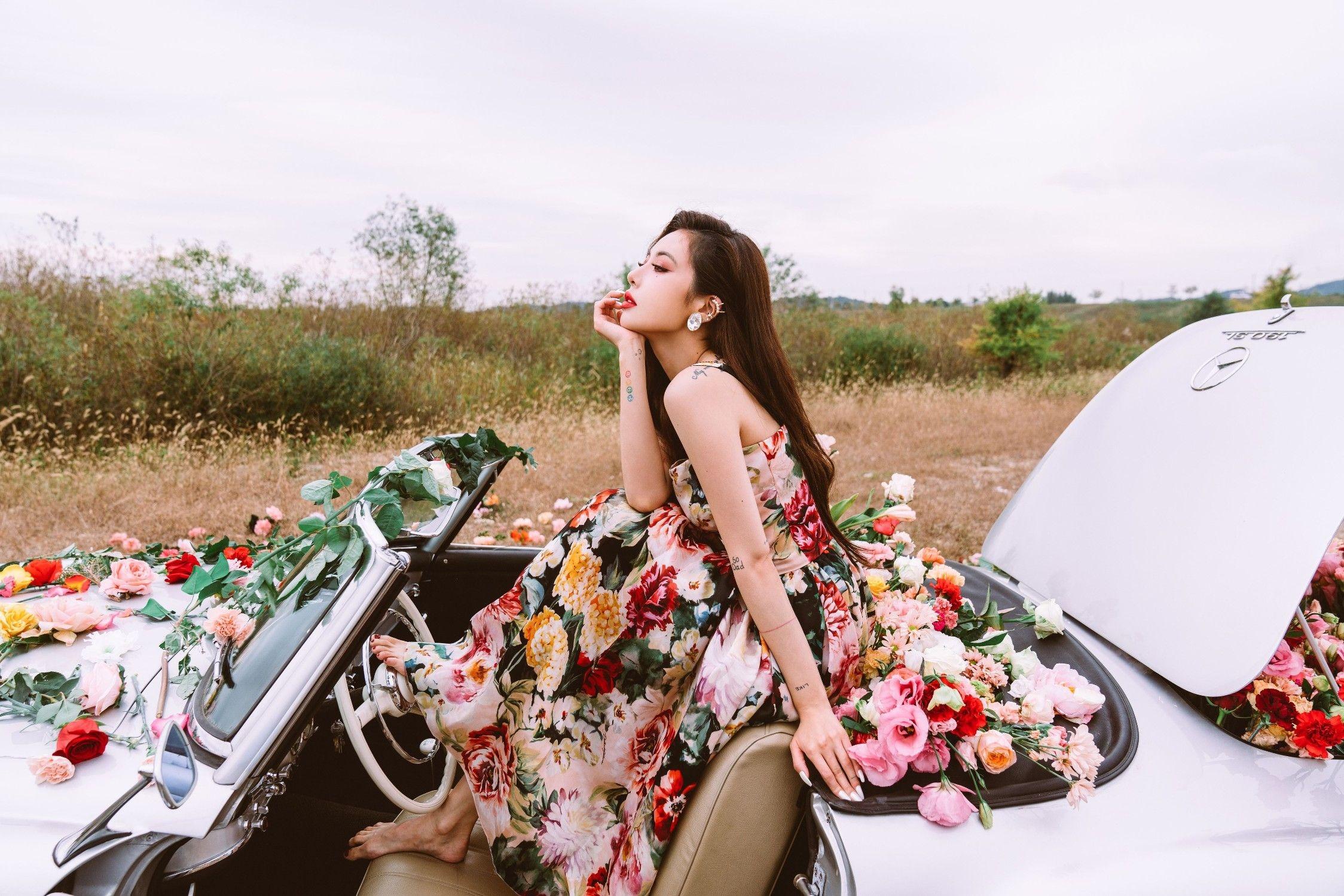 HuynA mặc đầm hoa, ngồi trên ô tô trong MV nhạc KPOP Flower Shower
