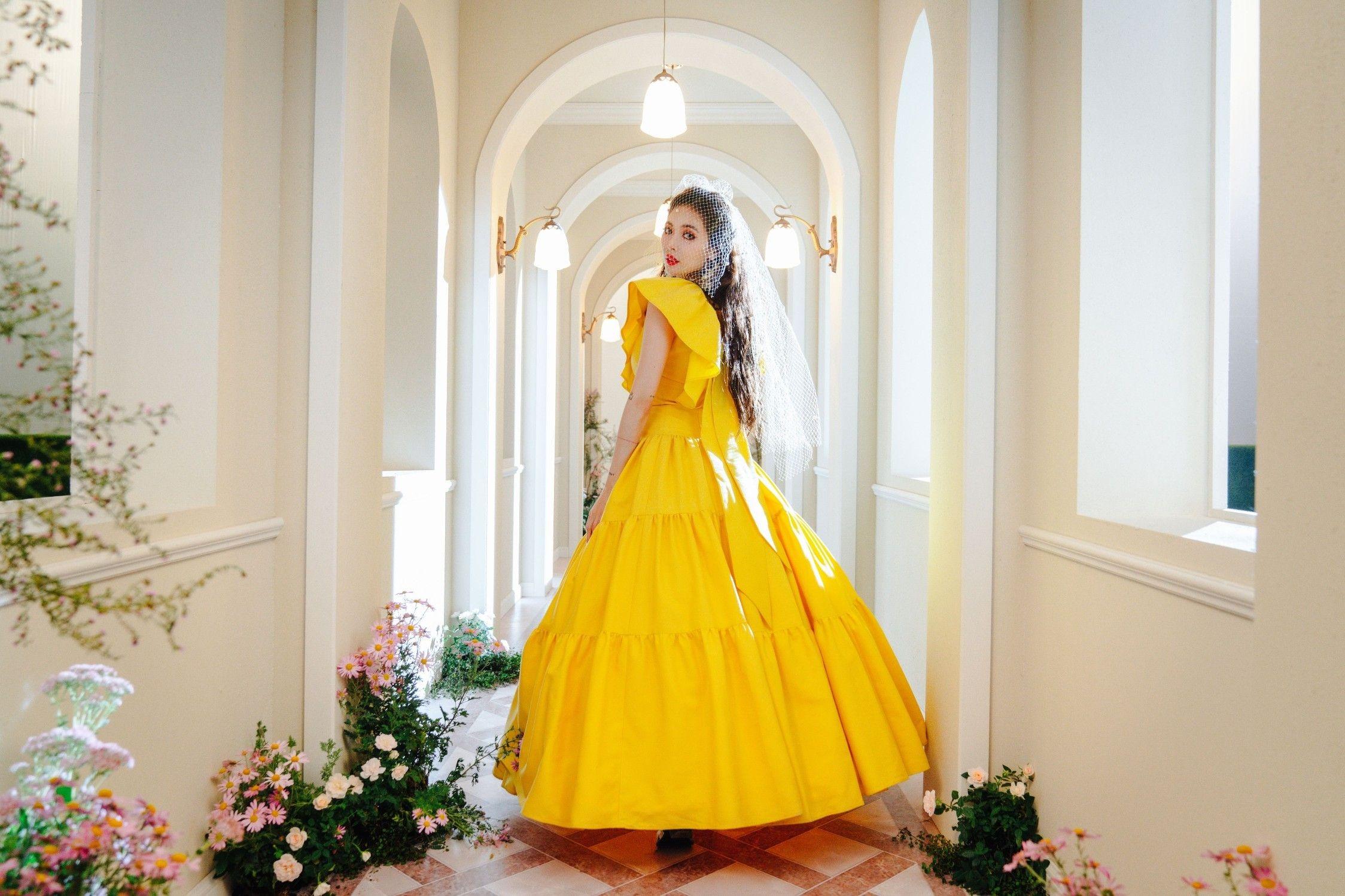 HyunA mặc đầm dạ hội màu vàng trong MV nhạc KPOP Flower Shower