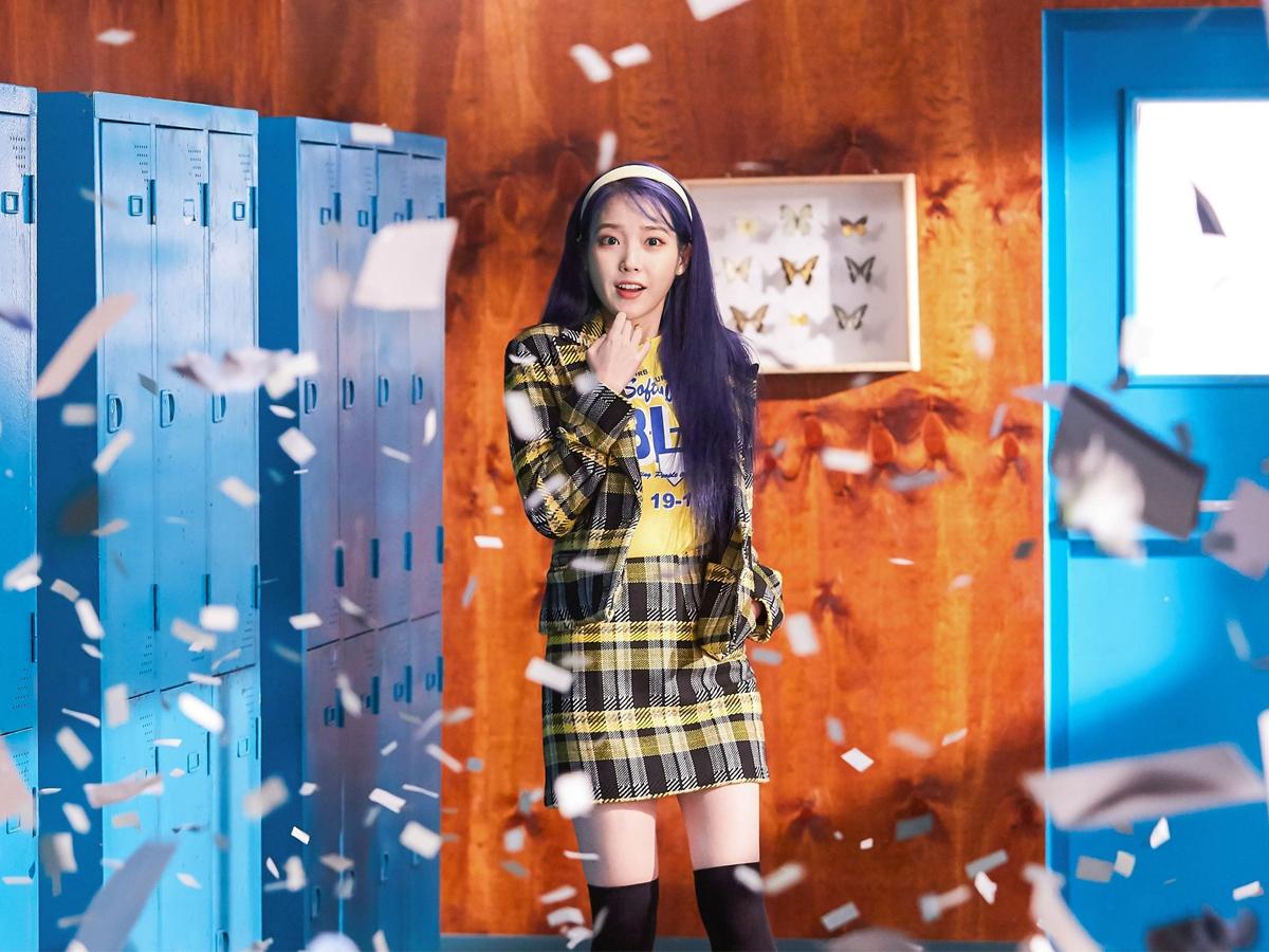 IU mặc âu phục váy kẻ ô màu vàng trong MV nhạc KPOP Blueming