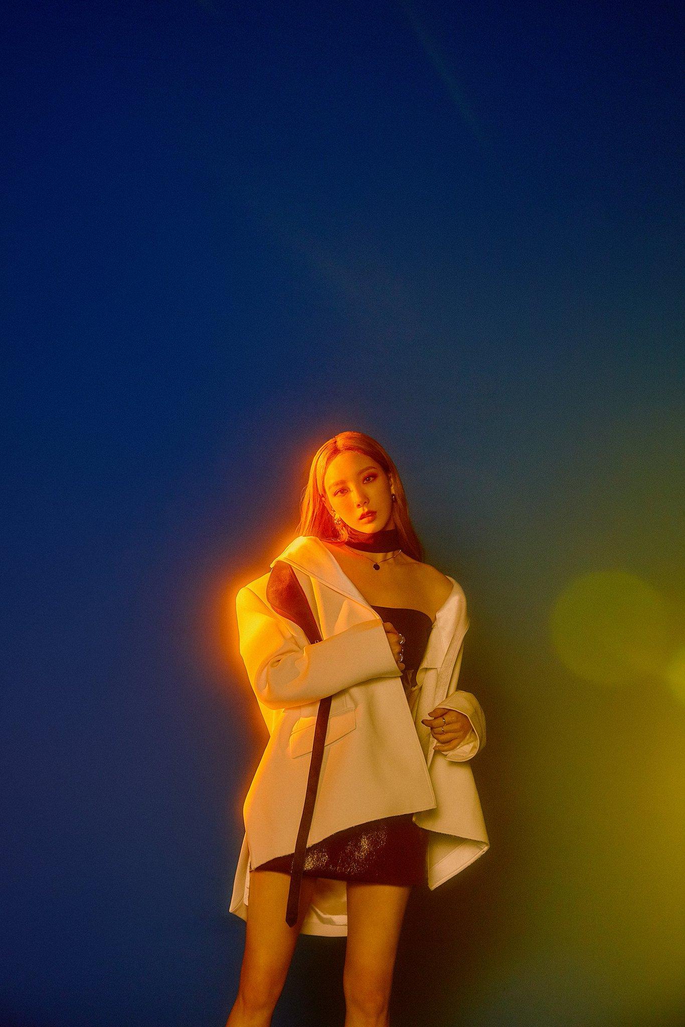 Taeyeon mặc áo khoác trắng, đeo choker trong MV nhạc KPOP Spark