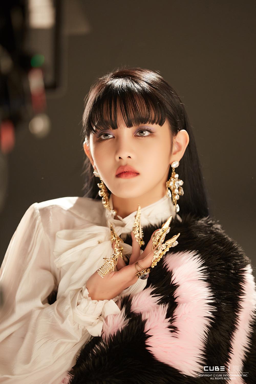 (G)-IDLE đeo móng vuốt kim loại đính đá trong MV nhạc KPOP Lion