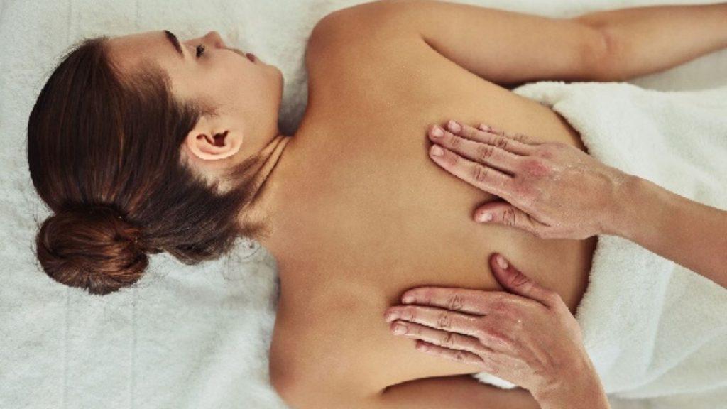 Massage cổ-Cô gái nằm sấp.