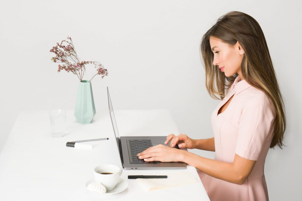 Massage cổ-Cô gái ngồi làm việc.