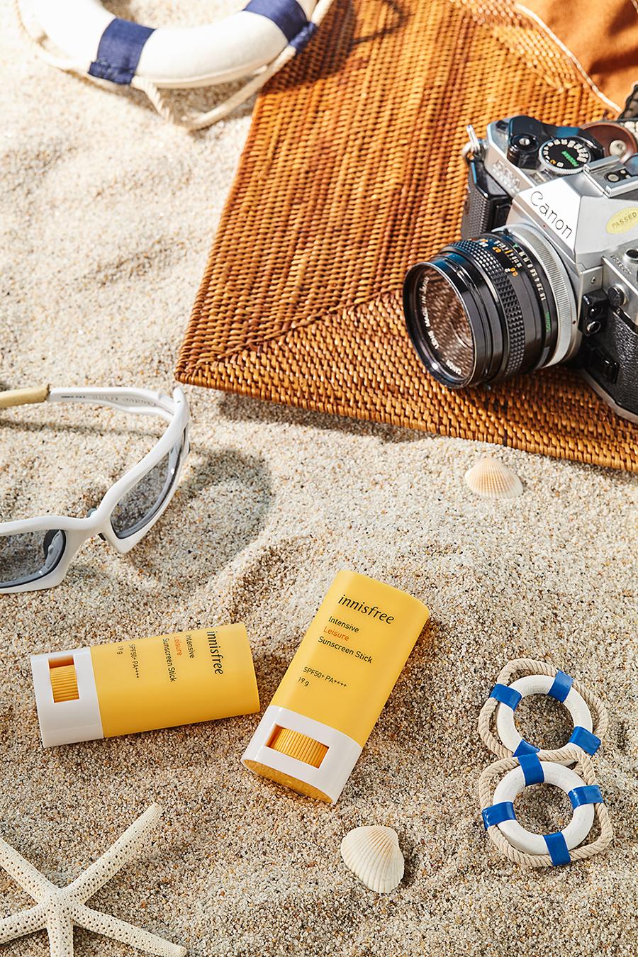 kem chống nắng dạng thỏi lăn innisfree trên bãi cát