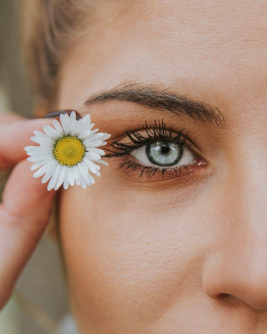 Làm dài mi-Cô gái cầm hoa.