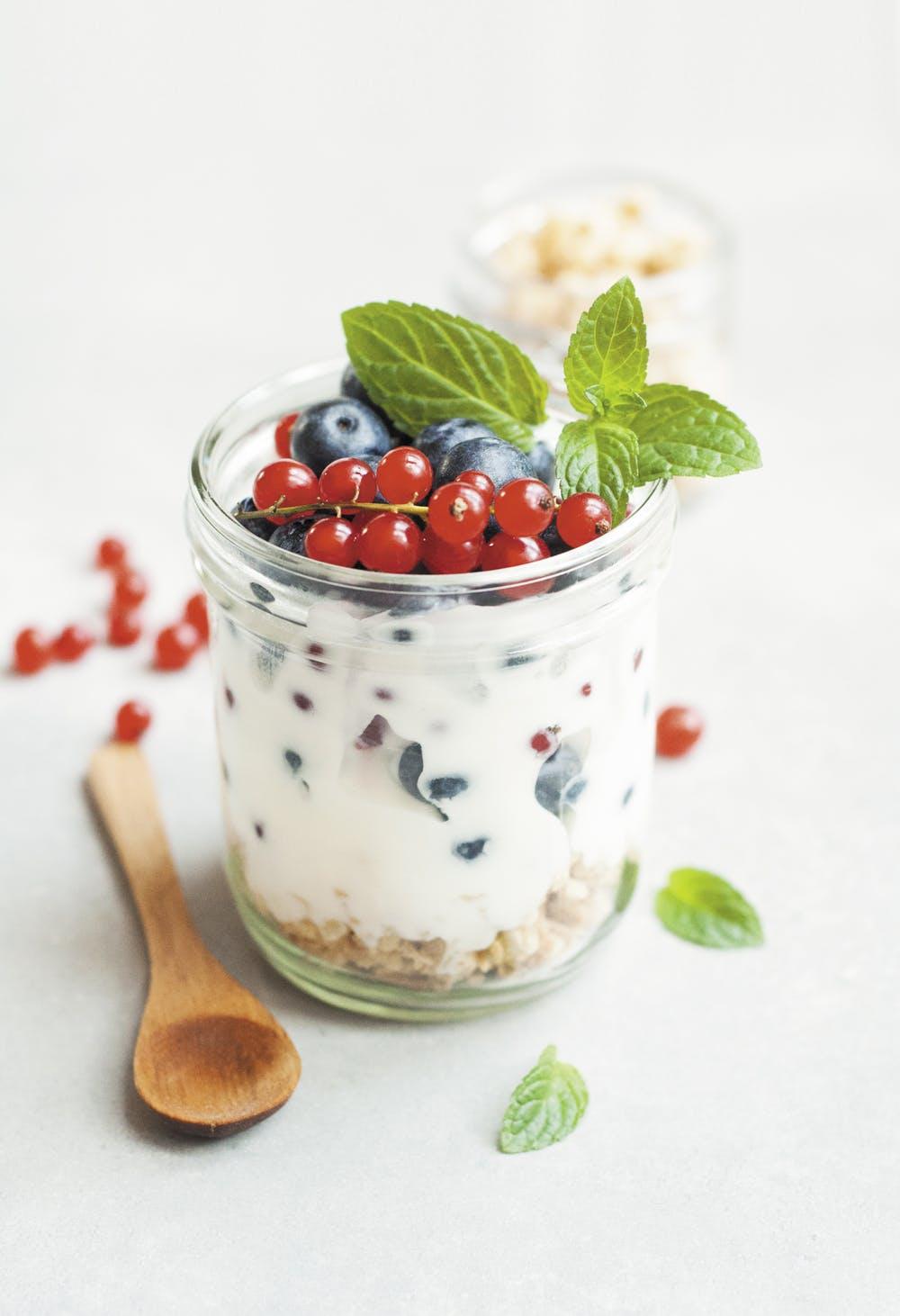 Sữa chua là món ăn không thể thiếu trong việc giúp cơ thể hạ nhiệt nhanh chóng