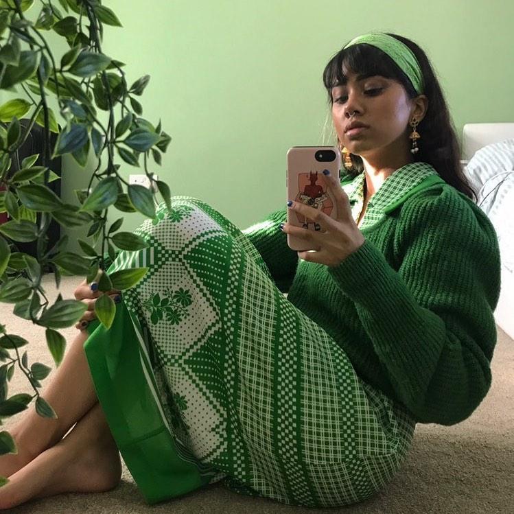 hình anh trang phục làm việc cách ly tại nhà áo len chân váy xanh lá