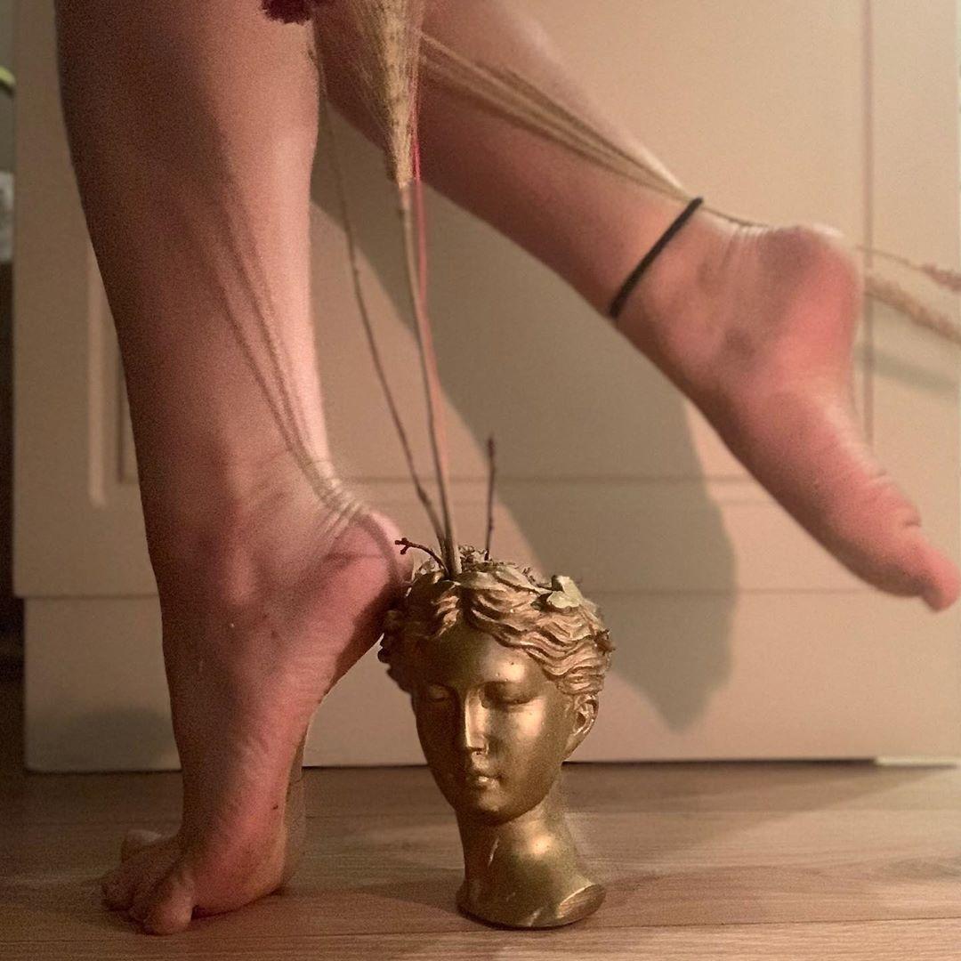 thử thách jacquemus at home cách ly tại nhà sử dụng tượng làm gót giày