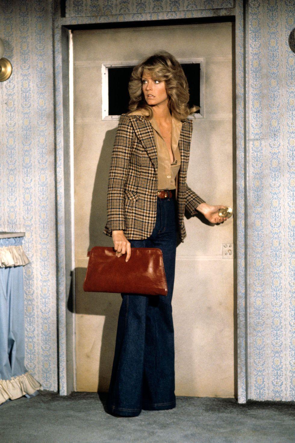Biểu tượng thời trang 70s Farrah Fawcett mặc quần jeans ống loe và blazer kẻ ô