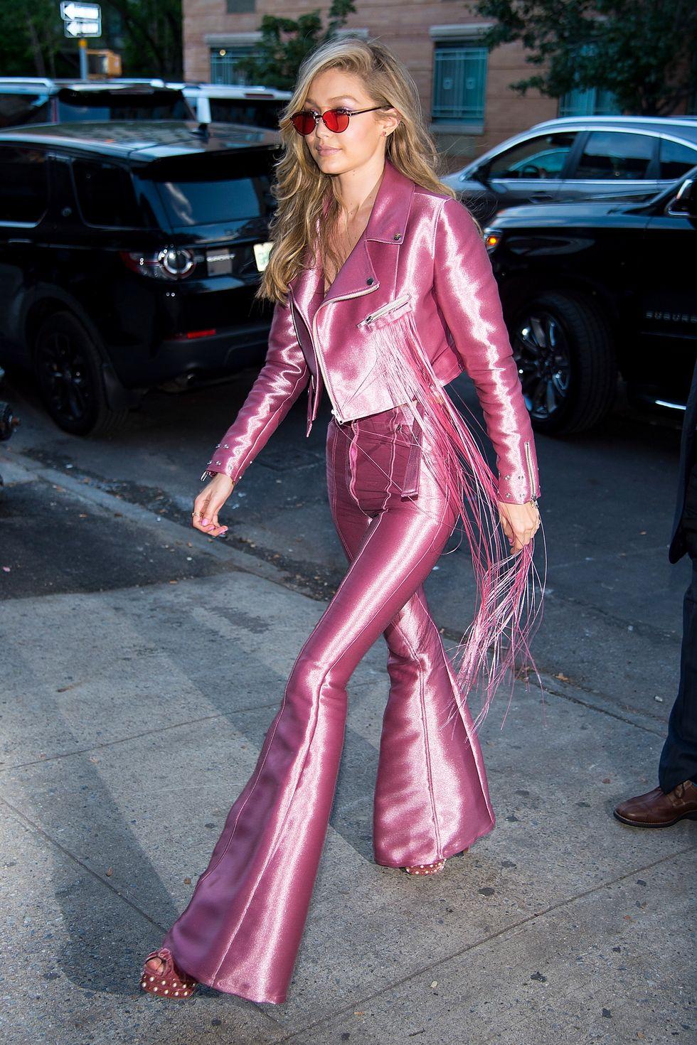 Gigi Hadid mặc quần ống loe da bóng màu hồng và áo khoác đồng bộ