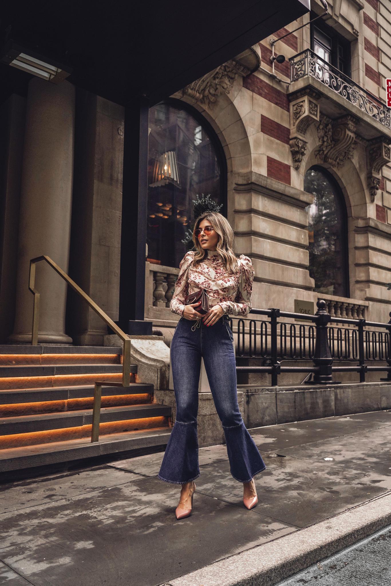 Cô gái mặc áo hoa và quần jeans ống loe