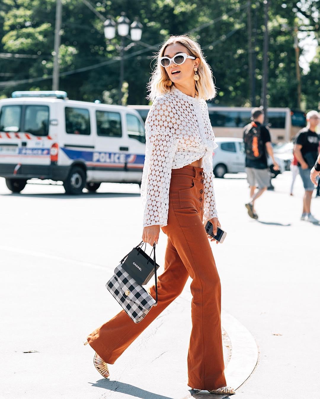 Cô gái mặc quần ống loe lưng cao màu nâu