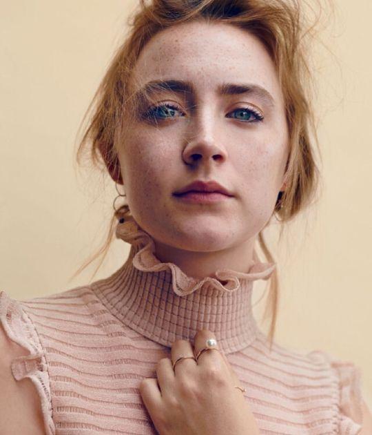 Saoirse Ronan mặc áo hồng.