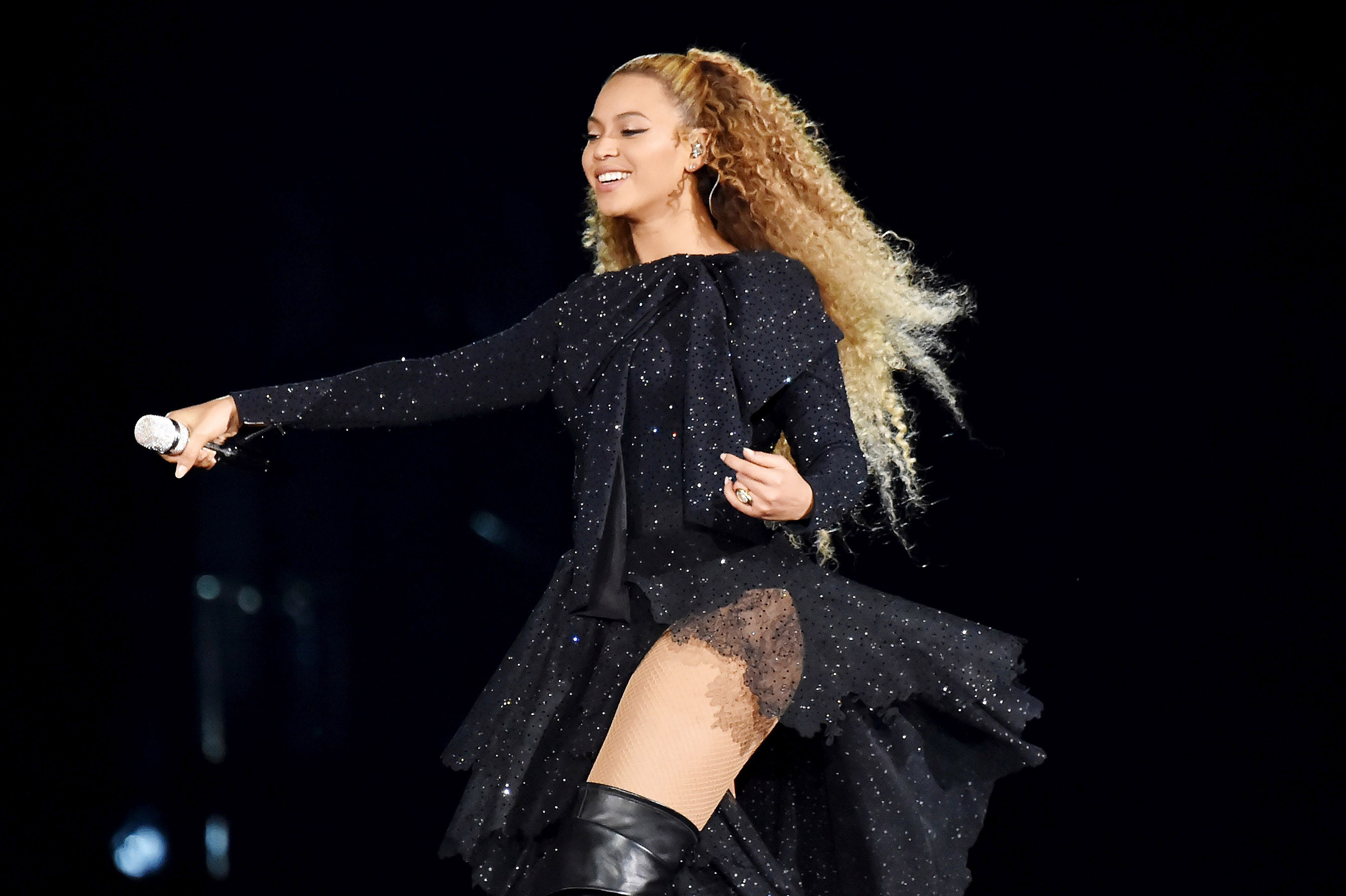 Beyonce mặc trang phục Givenchy trong Tour diễn On The Run II