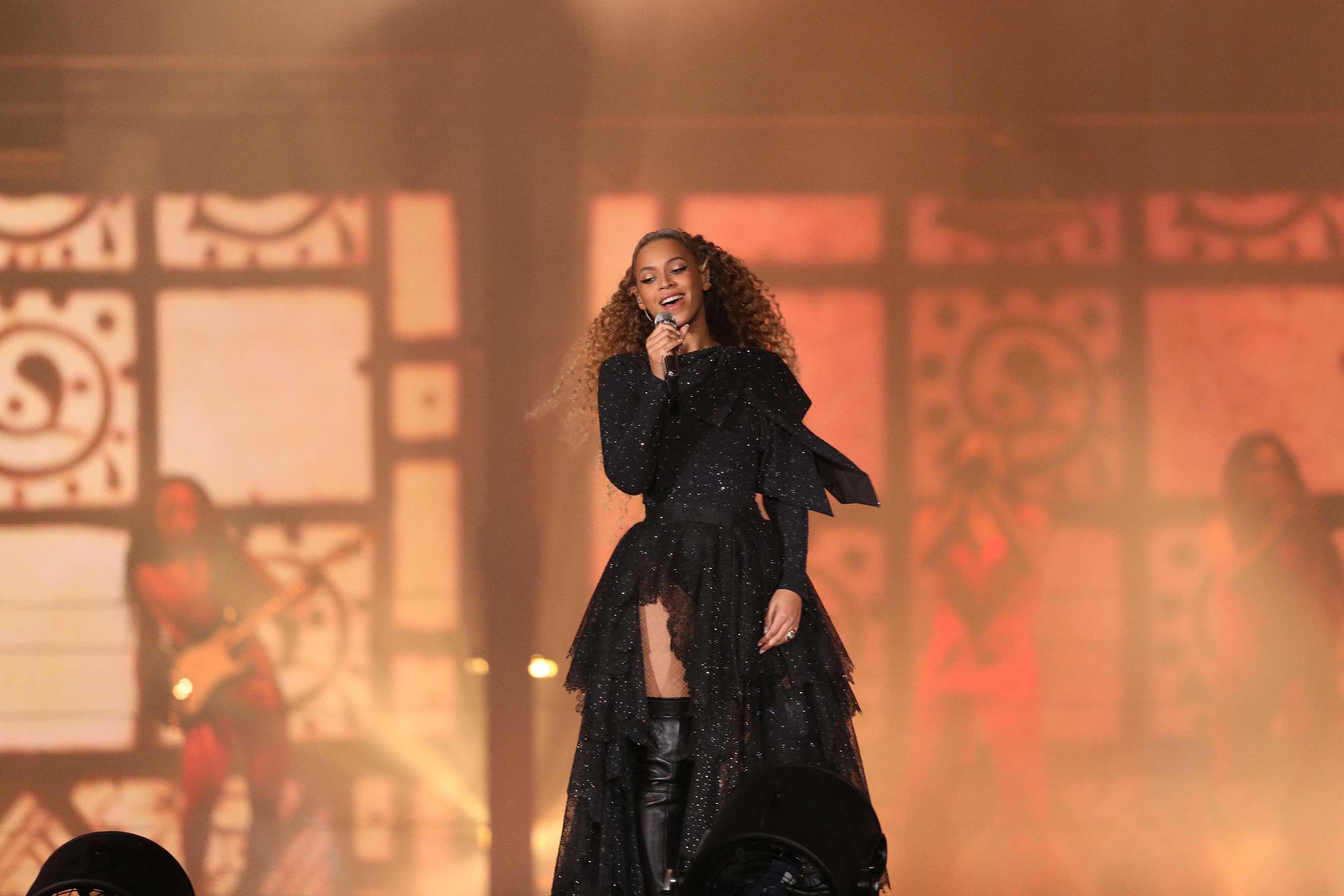 Beyonce diện trang phục Givenchy trong Tour diễn On The Run II