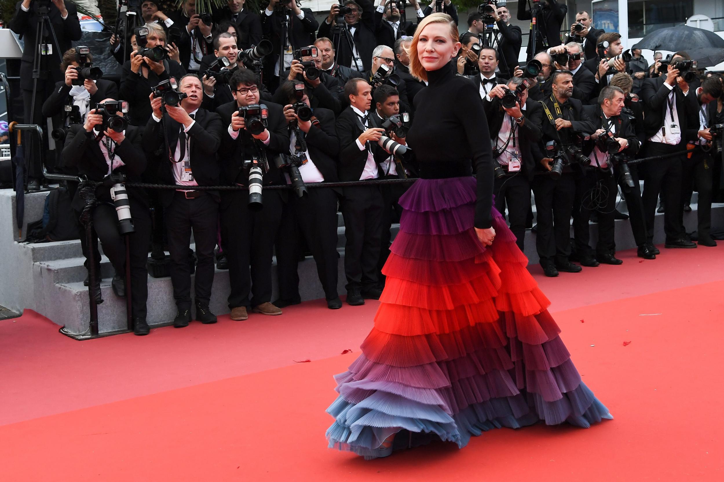 Cate Blanchett mặc đầm cầu vồng Givenchy trên thảm đỏ Cannes 2018