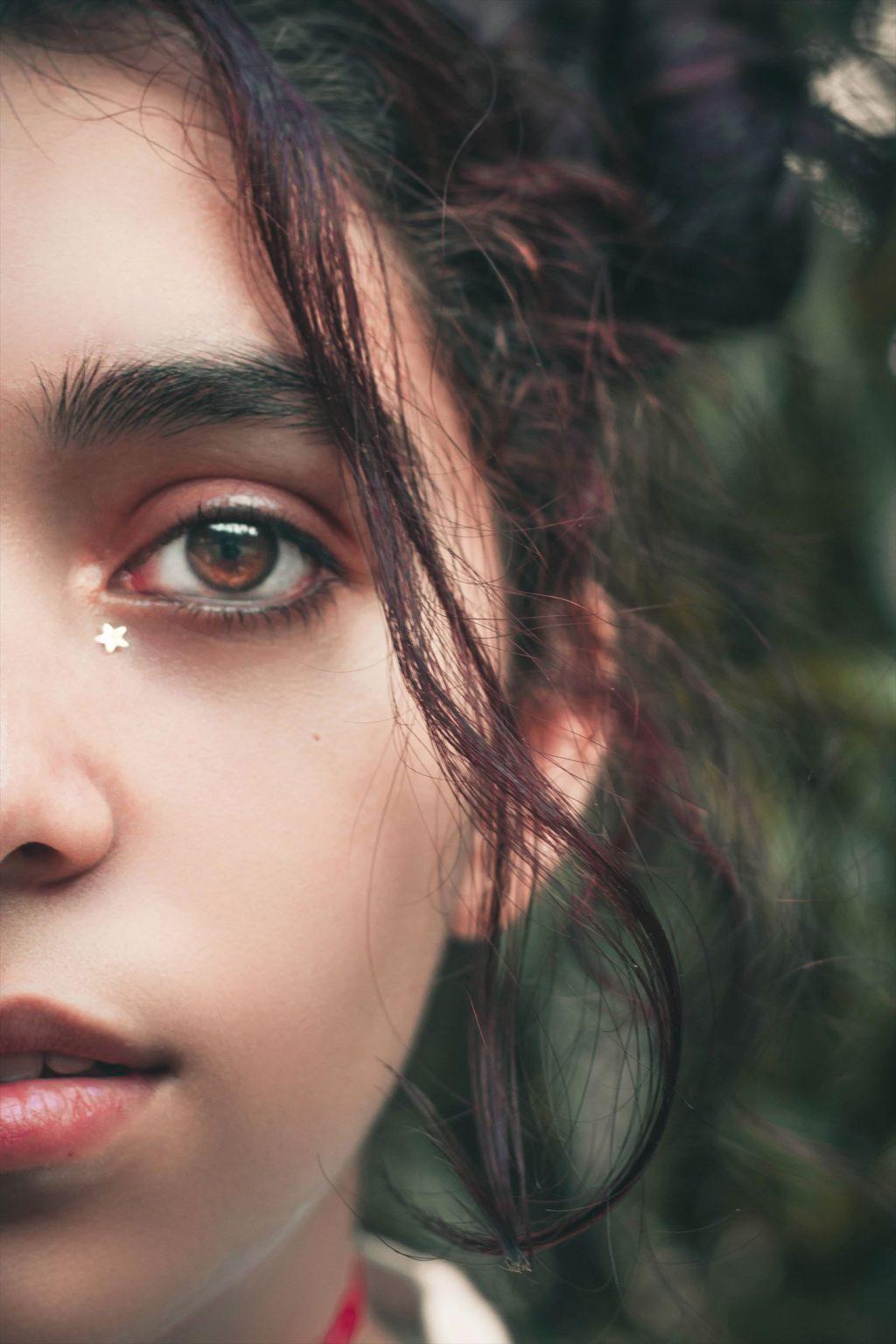 Cách làm mặt nạ-Cô gái dán ngôi sao ngay mắt.