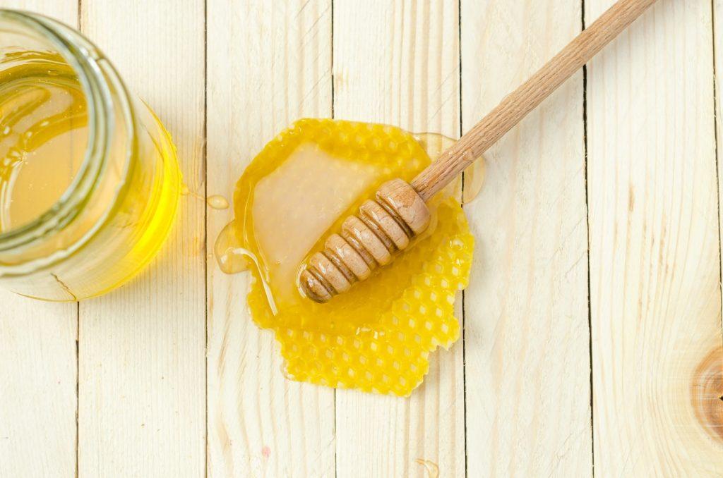 Rửa mặt từ mật ong mang đến làn da mềm mại và căng mịn.