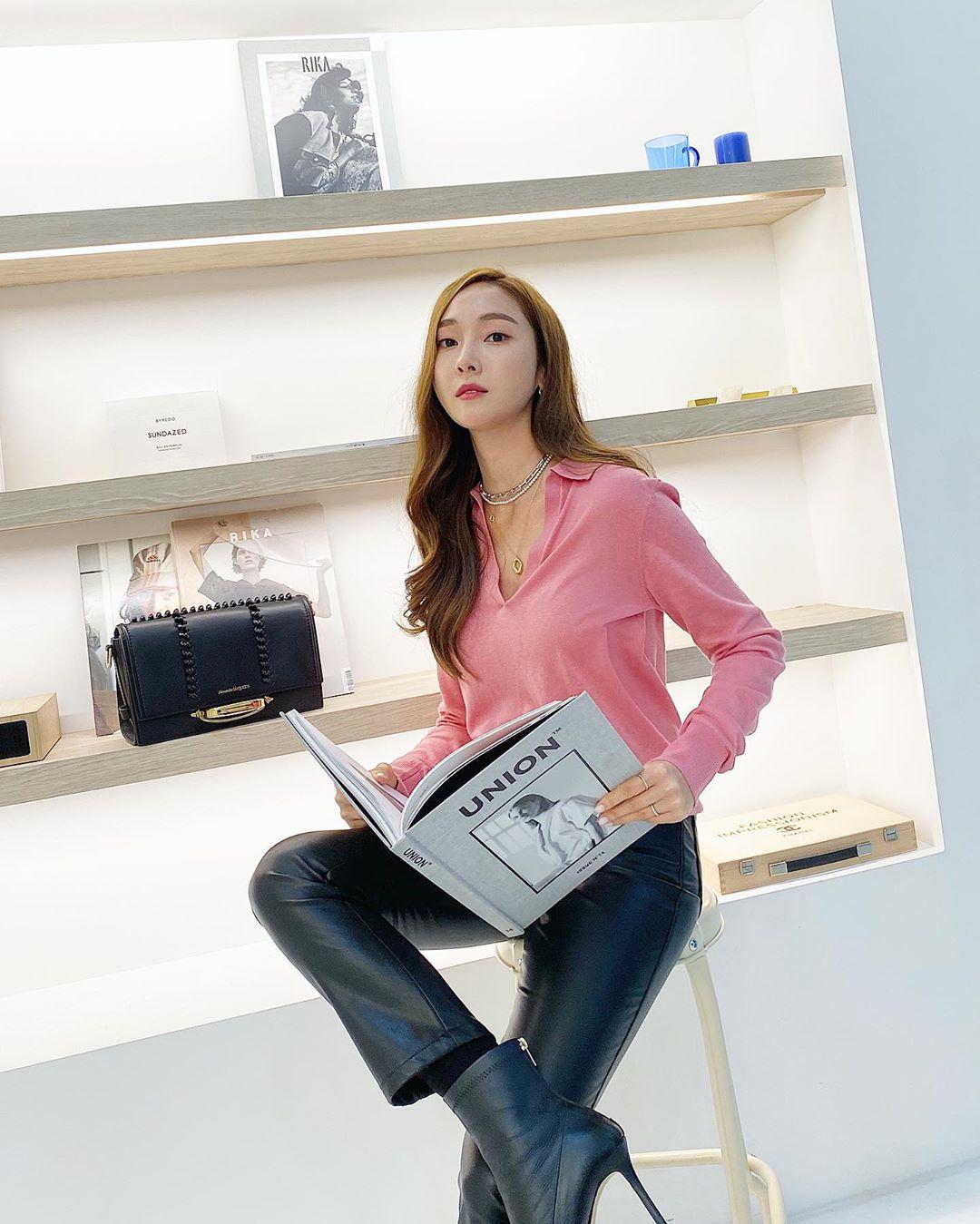 jessica jung mặc áo sơmi hồng quần da đen giày cao gót da cách mặc đẹp thời trang Pháp
