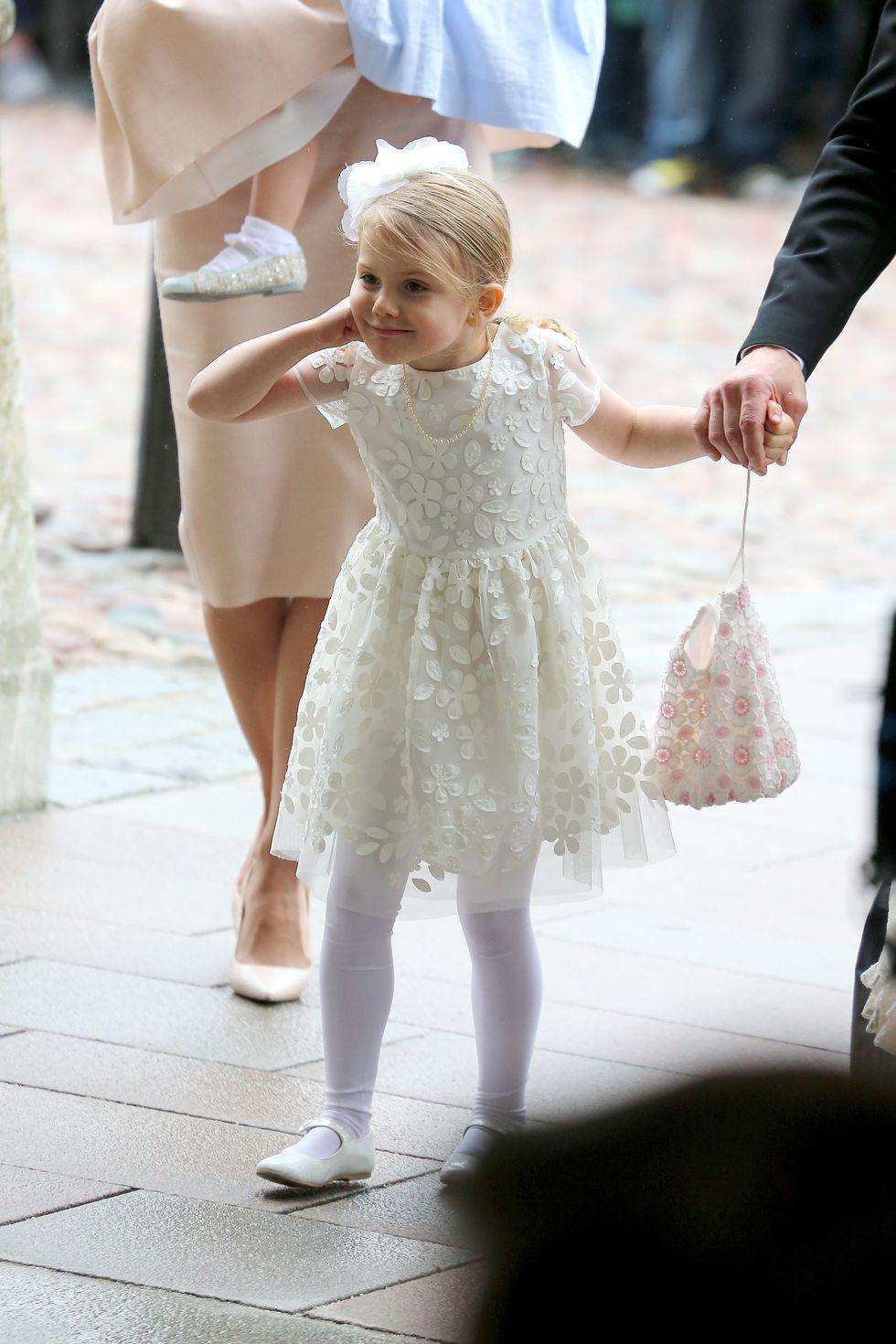 Tiểu công chúa Estelle mặc đầm hoa màu trắng