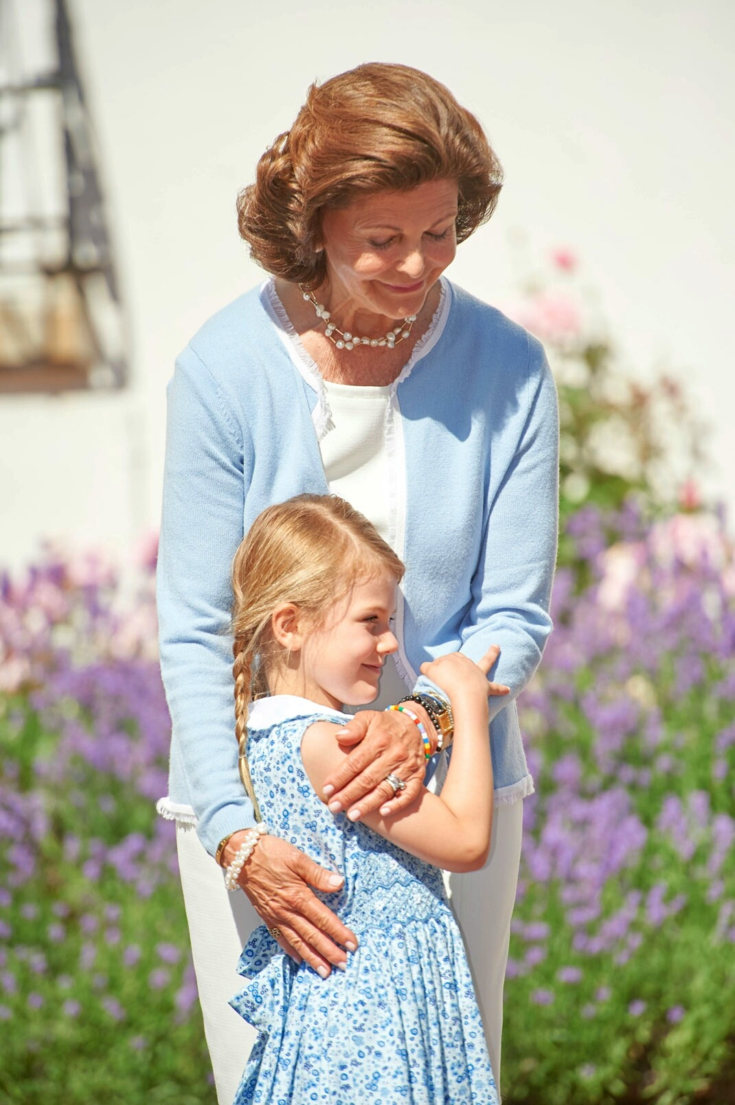 Tiểu công chúa Estelle mặc đầm hoa nhí màu xanh
