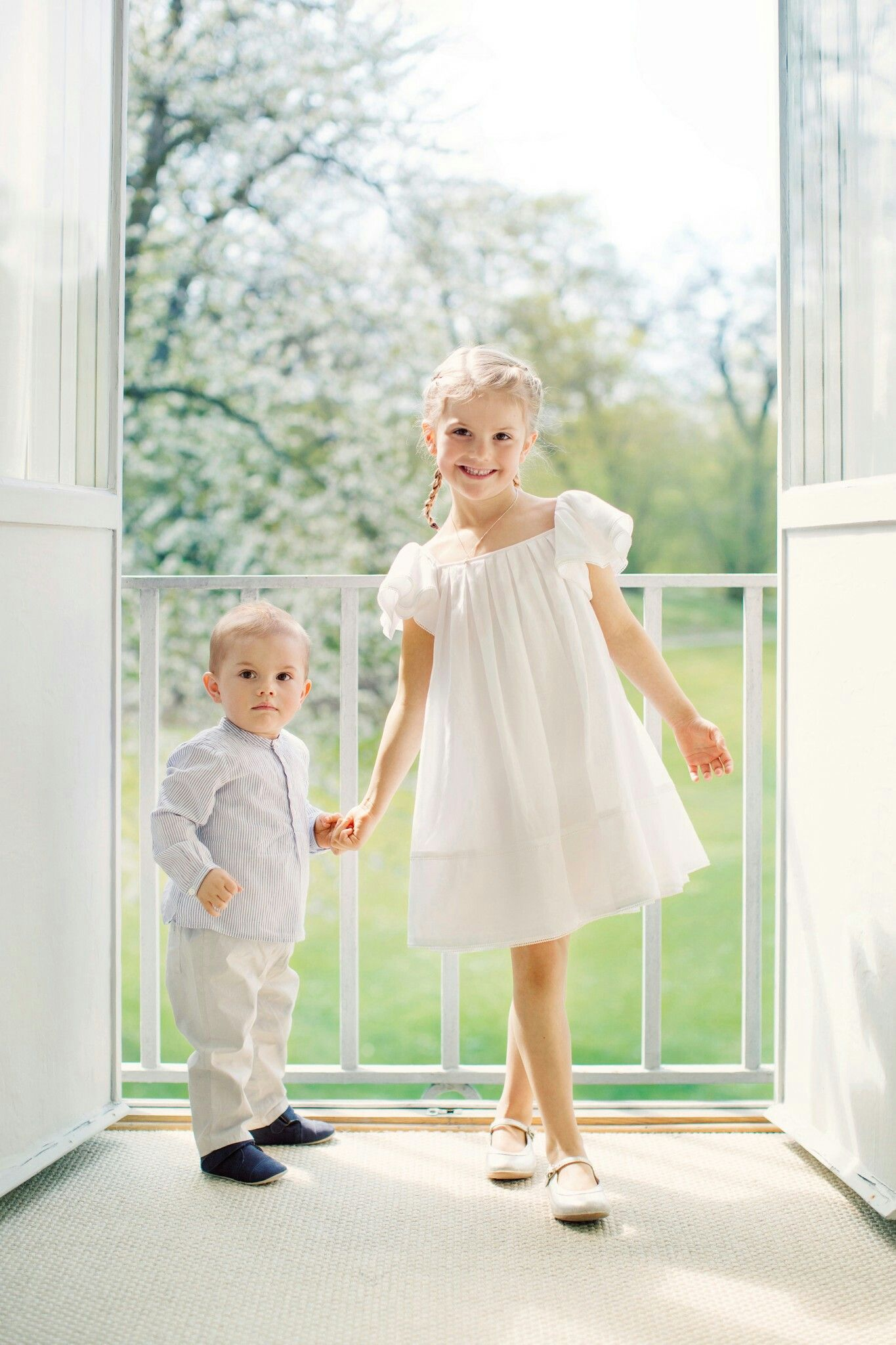 Công chúa Estelle mặc đầm trắng